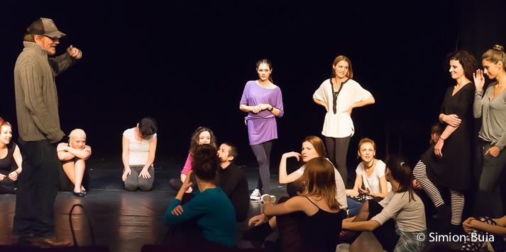 Mick Davis, la audițiile pentru rolurile feminine, pe scena Teatrului Metropolis. Foto: Simion Buia