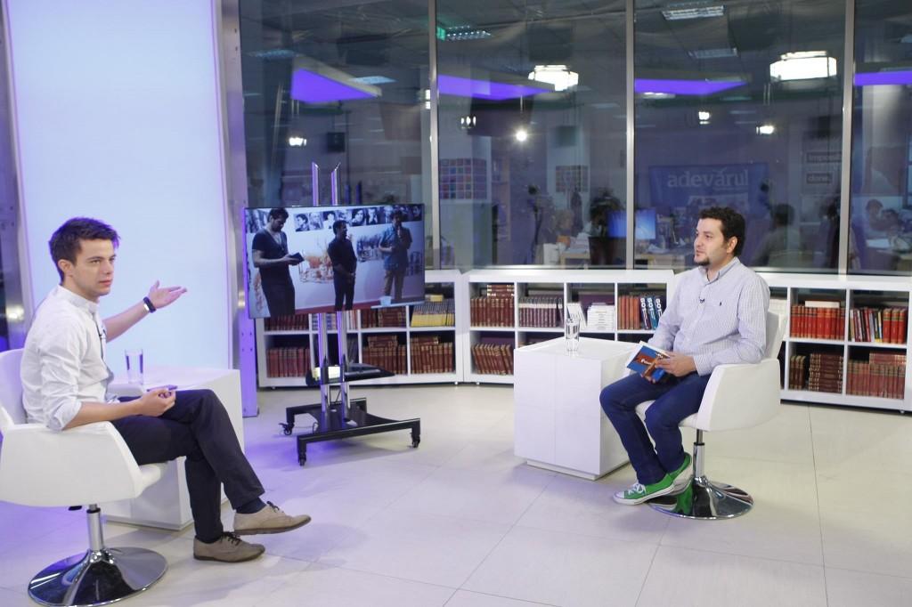 """Andrei Crăciun (dreapta), alături de jurnalistul Laurenţiu Ungureanu, în studiou """"Adevărul live"""". Foto: Eduard Enea"""