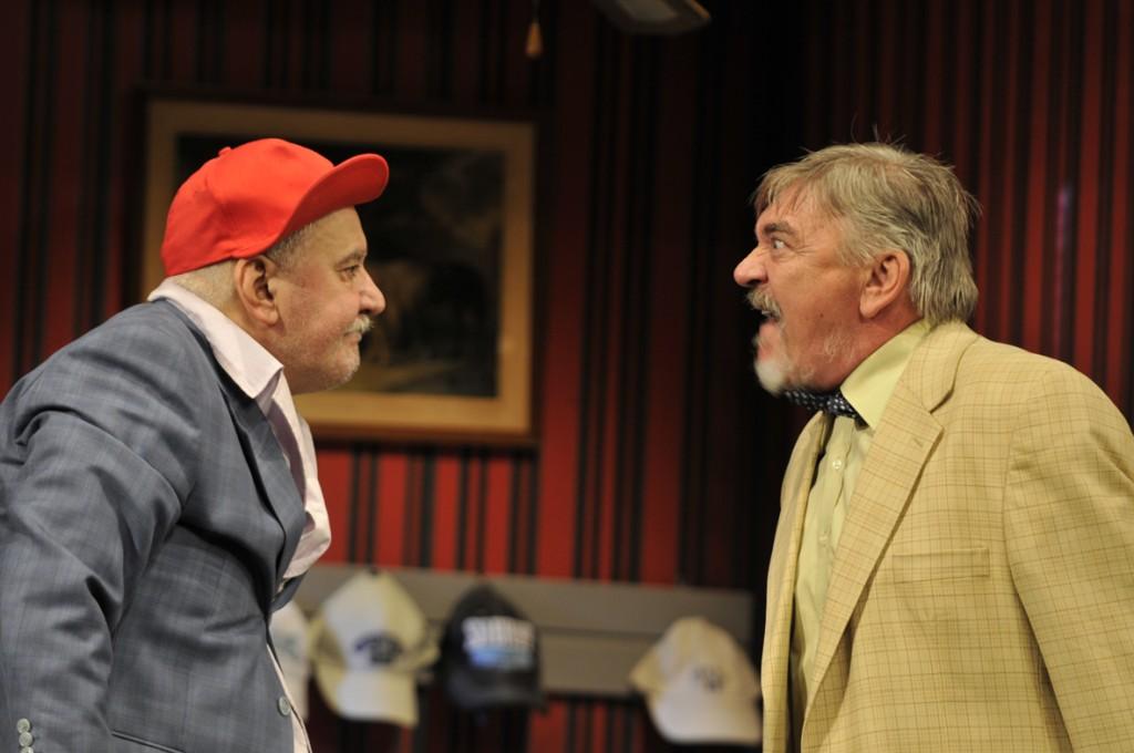 """Dan Condurache şi Mihai Dinvale, în """"Băieţii de aur"""", la Teatrul Mic. Foto: Alois Chiriţă"""