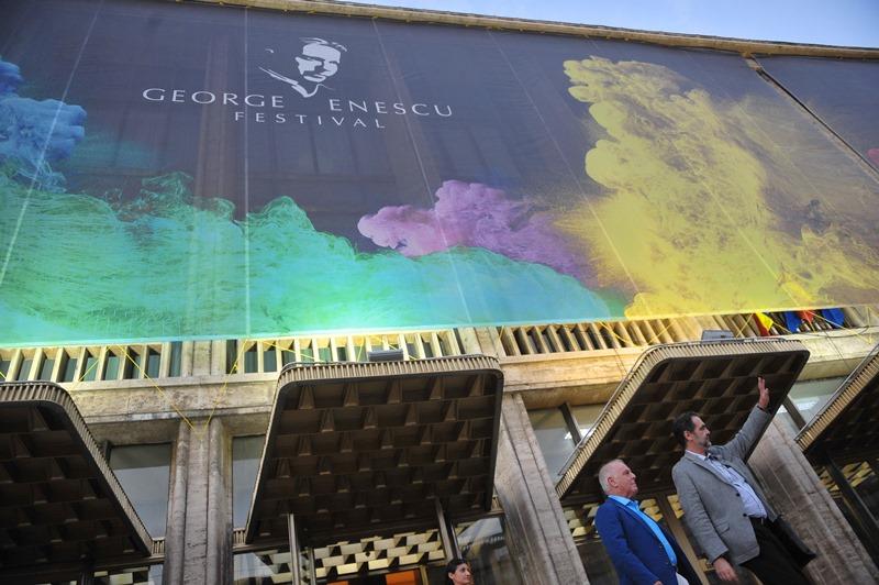 Mihai Constantinescu si Daniel Barenboim in fata Salii Palatului Agerpres_7223562
