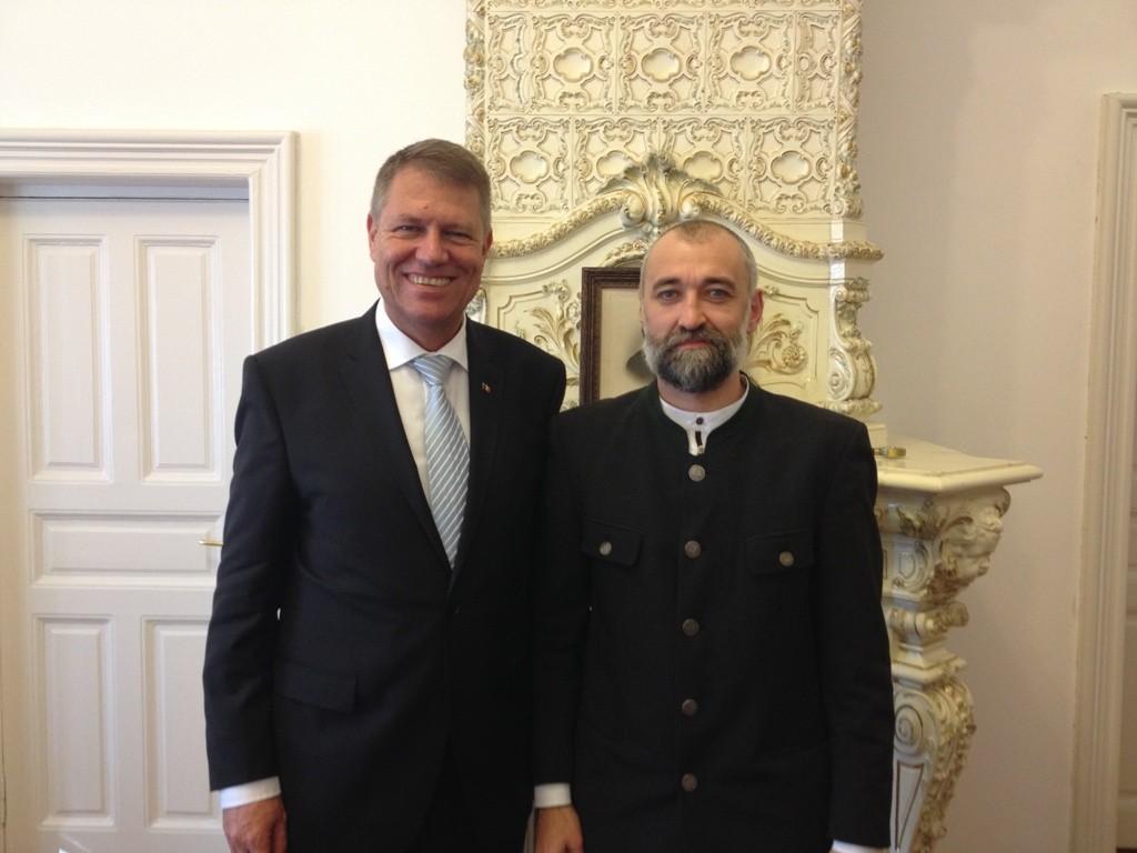 Klaus Iohannis bucurându-se să pozeze alături de Iulian Tănase