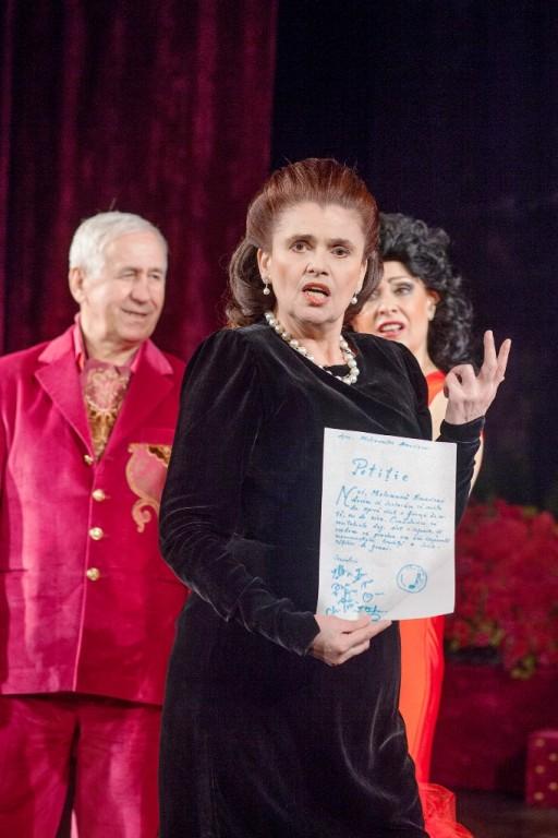 """Felicia Filip, alături de actorii George Mihăiţă şi Gabriela Popescu, pe scena Teatrului de Comedie, în spectacolul """"În plină glorie"""""""