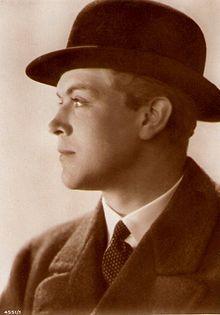 220px-Gustav_Fröhlich_1929_Alexander_Binder_4551-1