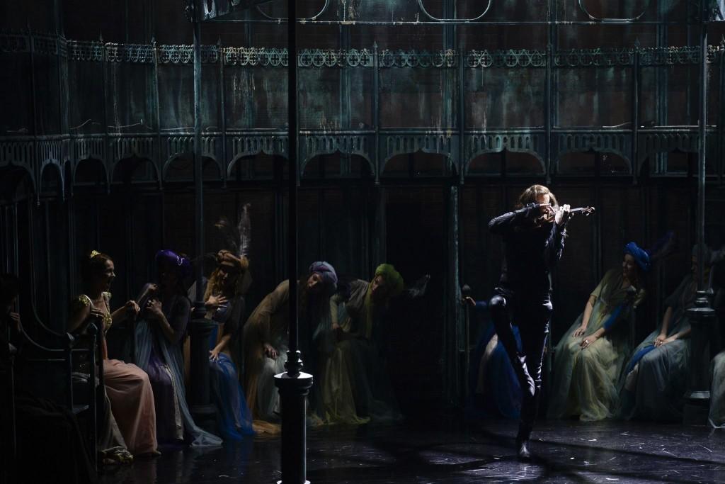 """Tudor Istordor, în """"Paganini"""", regia Mick Davis, la Teatrul Metropolis. Foto: Octav Ganea"""