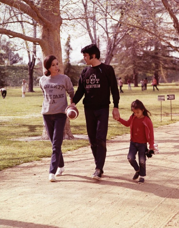 Elvis si familia sa