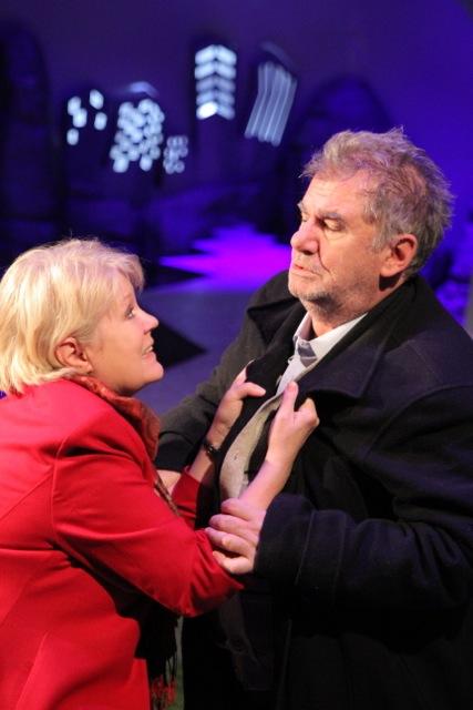 """Tania Filip şi Florin Zamfirescu, într-o scenă din spectacolul """"Doi pe o banca"""""""