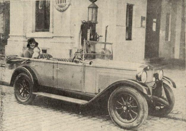 Autoturismul Fiat cu care a fost recompensată de Realitatea ilustrată câştigătoarea concursului, Magda Demetrescu FOTO BCU Cluj, Central University Library
