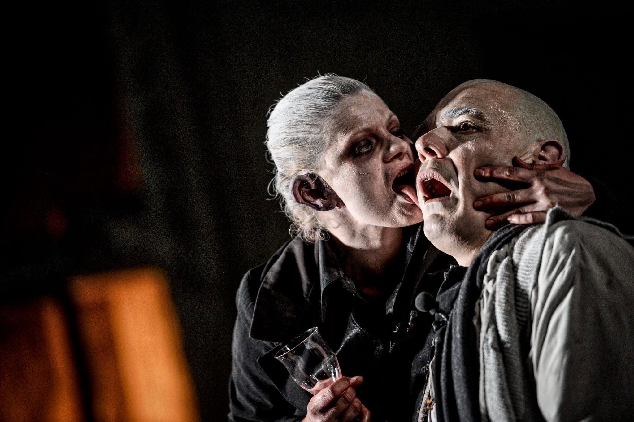 scenă din spectacolul Faust in regia lui Silviu Purcărete
